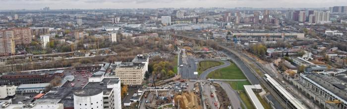 Готовность тоннеля под Московской кольцевой автодорогой (МКАД), строящегося в рамках участка Юго-Восточной хорды в Новой Москве, оценивается примерно на тр...