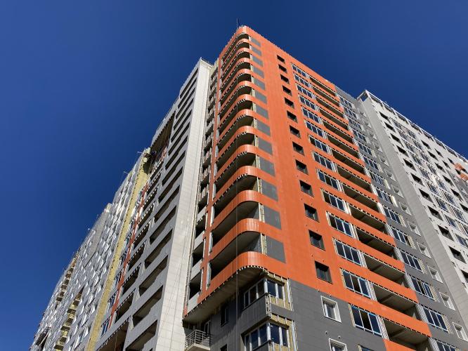 Сразу на трех секциях корпуса № 27 II очереди проблемного ЖК «Царицыно» застройщиком было начато строительство последнего жилого этажа дома. Ещё на одной сек...