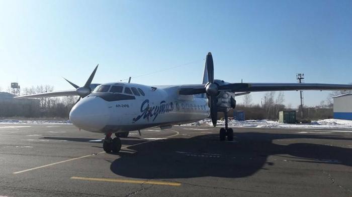 Самолёт с вахтовыми работниками, летевший на Чукотку, вынужденно сел в якутском Среднеколымске из-за неисправности, люди размещены в гостинице, сообщил глав...