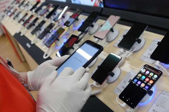 Минувшим летом россияне начали покупать более дорогие смартфоны, чем обычно — средняя стоимость гаджетов выросла на29% до23тыс. руб....